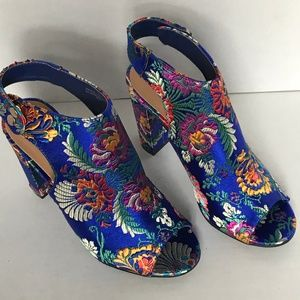 NWT Bamboo Frenzy Floral Tapestry Heels Size 7